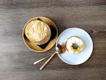 Παγωμένος καφές καραμέλας και πορτοκαλιά άποψη κέικ γιαουρτιού τοπ στοκ εικόνες με δικαίωμα ελεύθερης χρήσης