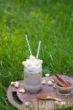 Παγωμένος καφές με κτυπημένες popcorn και την κανέλα καραμέλας κρέμας Στοκ Εικόνες