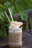 Παγωμένος καφές με κτυπημένες popcorn και την κανέλα καραμέλας κρέμας Στοκ εικόνα με δικαίωμα ελεύθερης χρήσης