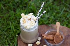 Παγωμένος καφές με κτυπημένες popcorn και την κανέλα καραμέλας κρέμας Στοκ Φωτογραφίες