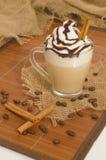 Παγωμένος καφές με τον αφρό και κανέλα στον καμβά και το ξύλο Στοκ εικόνα με δικαίωμα ελεύθερης χρήσης