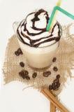Παγωμένος καφές με τον αφρό και κανέλα στον καμβά Στοκ φωτογραφία με δικαίωμα ελεύθερης χρήσης