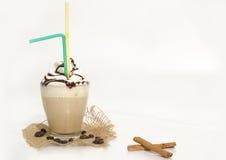 Παγωμένος καφές με τον αφρό και την κανέλα Στοκ Φωτογραφία
