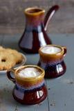 Παγωμένος καφές στα καφετιά και γκρίζα κεραμικά φλυτζάνια Στοκ εικόνα με δικαίωμα ελεύθερης χρήσης