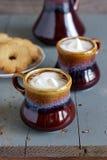Παγωμένος καφές στα καφετιά και γκρίζα κεραμικά φλυτζάνια Στοκ εικόνες με δικαίωμα ελεύθερης χρήσης
