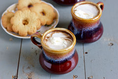 Παγωμένος καφές στα καφετιά και γκρίζα κεραμικά φλυτζάνια Στοκ φωτογραφία με δικαίωμα ελεύθερης χρήσης