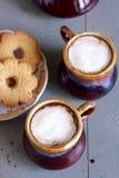 Παγωμένος καφές στα καφετιά και γκρίζα κεραμικά φλυτζάνια Στοκ Φωτογραφία