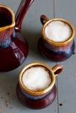 Παγωμένος καφές στα καφετιά και γκρίζα κεραμικά φλυτζάνια Στοκ Εικόνα