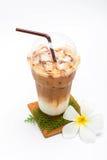 Παγωμένος καφές στο πλαστικά φλυτζάνι και Plumeria Στοκ εικόνα με δικαίωμα ελεύθερης χρήσης