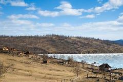 Παγωμένος κόλπος Shida το Μάρτιο Κέντρα τουριστών Λίμνη Baikal, Σιβηρία, Ρωσία στοκ εικόνα με δικαίωμα ελεύθερης χρήσης