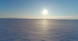 Παγωμένος ποταμός, άποψη στον παγωμένο ποταμό, που πυροβολεί στο copter απόθεμα βίντεο