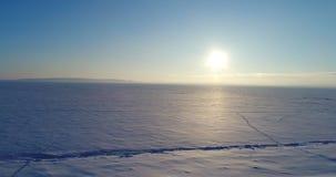 Παγωμένος ποταμός, άποψη στον παγωμένο ποταμό, που πυροβολεί στο copter φιλμ μικρού μήκους