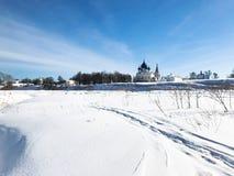 παγωμένος ποταμός και Σούζνταλ Κρεμλίνο το χειμώνα Στοκ φωτογραφία με δικαίωμα ελεύθερης χρήσης