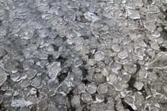 Παγωμένος ποταμός με τον πάγο στοκ φωτογραφίες με δικαίωμα ελεύθερης χρήσης