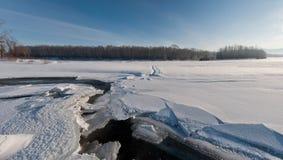 παγωμένος ποταμός πανοράμ&alph Στοκ Φωτογραφίες
