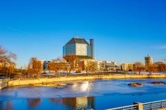 Παγωμένος ποταμός που ρέει κοντά στη δημόσια βιβλιοθήκη στο Μινσκ την ηλιόλουστη ημέρα στοκ φωτογραφία με δικαίωμα ελεύθερης χρήσης