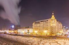 Παγωμένος ποταμός της Μόσχας κοντά στο πέντε αστέρων ξενοδοχείο απόψε στα Χριστούγεννα Στοκ εικόνες με δικαίωμα ελεύθερης χρήσης