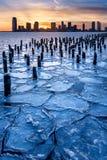 Παγωμένος ποταμός του Hudson, ξύλινη συσσώρευση και Τζέρσεϋ CitySkyscrapers Στοκ Εικόνες