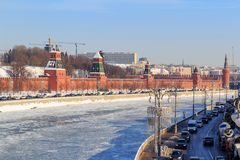 Παγωμένος ποταμός Moskva στο υπόβαθρο της Μόσχας Κρεμλίνο Άποψη FR Στοκ Εικόνες