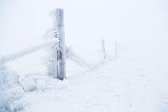 Παγωμένος φράκτης στο χιονοδρομικό κέντρο βουνών Στοκ φωτογραφίες με δικαίωμα ελεύθερης χρήσης
