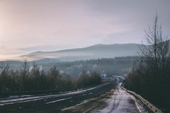 Παγωμένος χειμερινός δρόμος στην ομίχλη πρωινού στοκ φωτογραφία