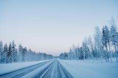 Παγωμένος χειμερινός δρόμος στη Φινλανδία στοκ εικόνες με δικαίωμα ελεύθερης χρήσης