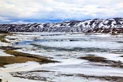 Παγωμένος χρόνος: λίμνη με τον πάγο και το χιόνι Στοκ Εικόνες