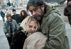 Παγωμένο άστεγοι αγκάλιασμα ζευγών Στοκ φωτογραφία με δικαίωμα ελεύθερης χρήσης
