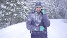 Παγωμένο άτομο στο υπόβαθρο του χιονιού, σκεπτικός και βριαλμένος στην απάντηση στην ερώτησή σας απόθεμα βίντεο