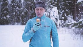 Παγωμένο άτομο στο χιόνι, υπάρχει παγωτό το χειμώνα, ισχυρή ασυλία απόθεμα βίντεο