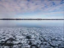 Παγωμένο έδαφος λιμνών το χειμώνα Στοκ Εικόνες