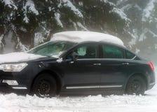 Παγωμένο αυτοκίνητο με το καπέλο χιονιού Στοκ Φωτογραφία