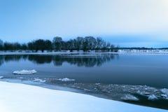 Παγωμένο βράδυ χειμερινών τοπίων στον ποταμό Στοκ φωτογραφία με δικαίωμα ελεύθερης χρήσης