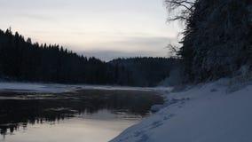 Παγωμένο ηλιοβασίλεμα στη βόρεια χώρα Κλάδοι δέντρων που καλύπτονται με τον παγετό και τον παγωμένο ποταμό απόθεμα βίντεο