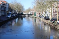 Παγωμένο νερό στο κεντρικό κανάλι Hoge Gouwe στην πόλη του γκούντα Στοκ Φωτογραφίες