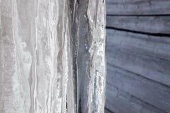 Παγωμένο παγάκι στη στέγη το χειμώνα Στοκ φωτογραφία με δικαίωμα ελεύθερης χρήσης