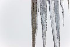 Παγωμένο παγάκι στη στέγη το χειμώνα Στοκ Εικόνες