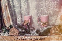 Παγωμένο παράθυρο με τη διακόσμηση Χριστουγέννων στοκ φωτογραφία με δικαίωμα ελεύθερης χρήσης