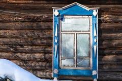 παγωμένο παράθυρο στον τοίχο του αγροτικού σπιτιού το χειμώνα Στοκ Εικόνες