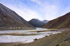Παγωμένο ποταμός Indus κοντά στο χωριό Chumathang, Ladakh, Τζαμού και Κασμίρ Στοκ Εικόνες