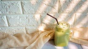 Παγωμένο πράσινο τσάι latte στοκ εικόνα