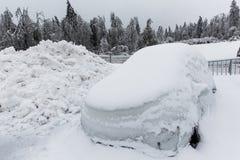 Παγωμένο σταθμευμένο αυτοκίνητο με τα παγάκια Στοκ Εικόνες