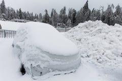 Παγωμένο σταθμευμένο αυτοκίνητο, που καλύπτεται σε πολύ χιόνι Στοκ φωτογραφία με δικαίωμα ελεύθερης χρήσης
