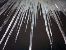 Παγωμένο στράγγιγμα νερού από τη στέγη στο Μαύρο Στοκ Φωτογραφία