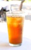 Παγωμένο τσάι με το άχυρο στοκ φωτογραφία