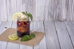 Παγωμένο τσάι με το λεμόνι & τη μέντα Στοκ Εικόνα