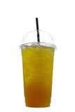 Παγωμένο τσάι χρυσάνθεμων ή τσάι λουλουδιών στο πλαστικό φλυτζάνι με το κρύο wa Στοκ Φωτογραφίες