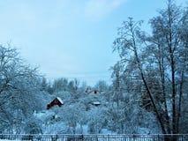 Παγωμένο χιονώδες χειμερινό πρωί στο ρωσικό χωριό Στοκ Φωτογραφίες