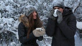 Παγωμένο όμορφο κορίτσι με έναν τύπο που θερμαίνεται από το καυτό τσάι φιλμ μικρού μήκους