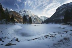 Παγωμένο Lago del Predil Lake με το χιόνι το χειμώνα στοκ φωτογραφία με δικαίωμα ελεύθερης χρήσης